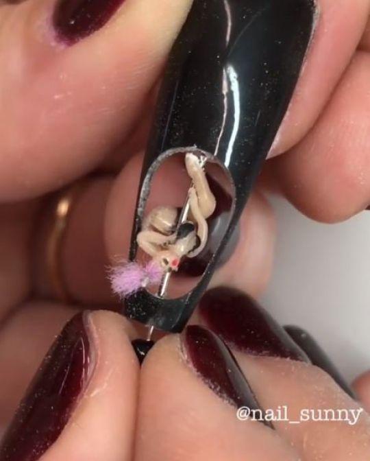 Маникюр с живыми муравьями внутри ногтей