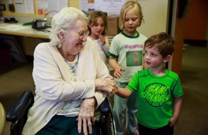 Канадцы объединили дома престарелых и детские приюты. Вот что у них получилось!